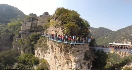 yuntai-mountain-skywalk-people